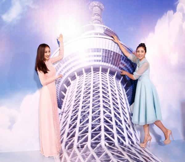 Á hậu Xuân Quỳnh - Hoa hậu Đại Dương Đặng Thu Thảo thích thú với những mô hình tại sự kiện.