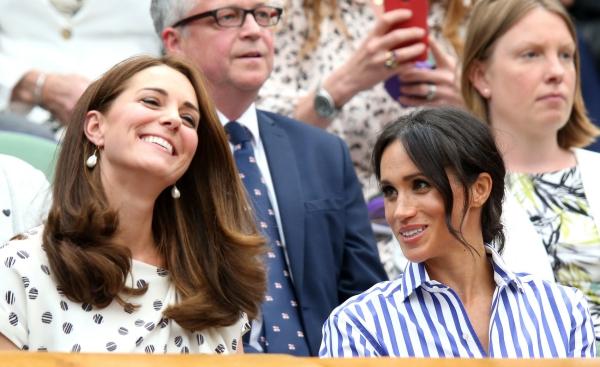 Trong khi Kate ngồi mỉm cười theo dõi trận tennis, Meghan thường xuyên quay sang theo dõi phản ứng của chị dâu. Theo Judi James, đây là minh chứng cho thái độ tôn thờ, ngưỡng mộ của Meghan dành cho Kate.