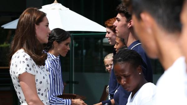 Trong khi Kate tự tin trước đám đông, Meghan thường cúi đầu xuống mỉm cười khá nhút nhát. Chính vì vậy, sự trưởng thành của Kate khiến Meghan tin tưởng và luôn dõi theo chị dâu.