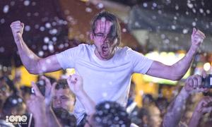 CĐV Pháp ở Hà Nội nhảy múa, hát hò mừng chiến thắng