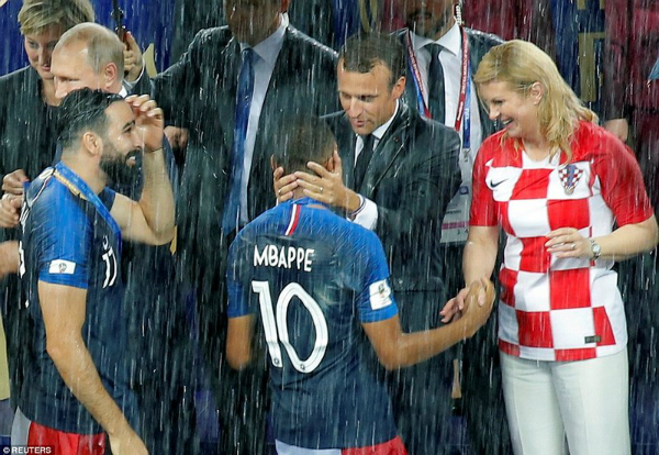 Thủ tướng Croatia, Grabar-Kitarovic (áo ca-rô) là người rất yêu bóng đá