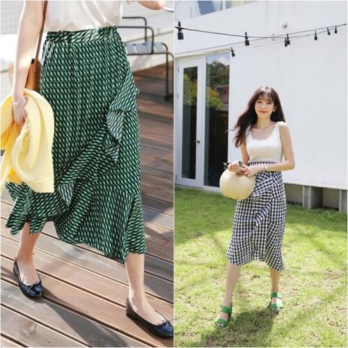 Khi diện những chiếc váy có thiết kế bèo nhún kiểu cách, các nàng nên phối cùng những item có gam màu sáng và phụ kiện đơn giản để tổng thể không bị rối mắt.