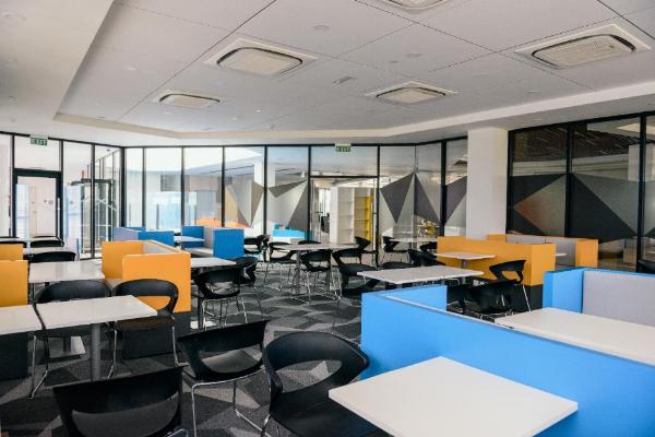Nhiều phòng họp nhỏ được thiết kế phục vụ cho việc trao đổi bài và làm việc theo nhóm của sinh viên.