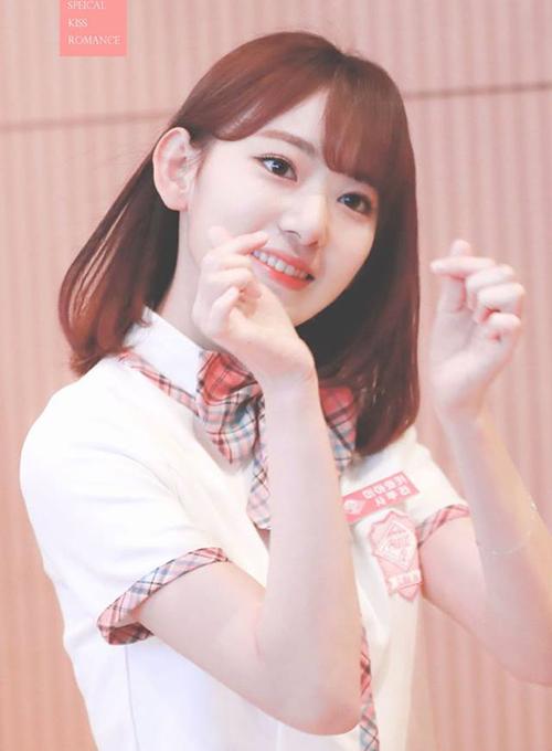 Sakura hợp với cách trang điểm chuẩn Kpop, sở hữu đôi mắt to, nét dễ thương, trong sáng. Nữ ca sĩ cũng cócảnh kết thần thánh ngay trong phần biểu diễn đầu tiên.