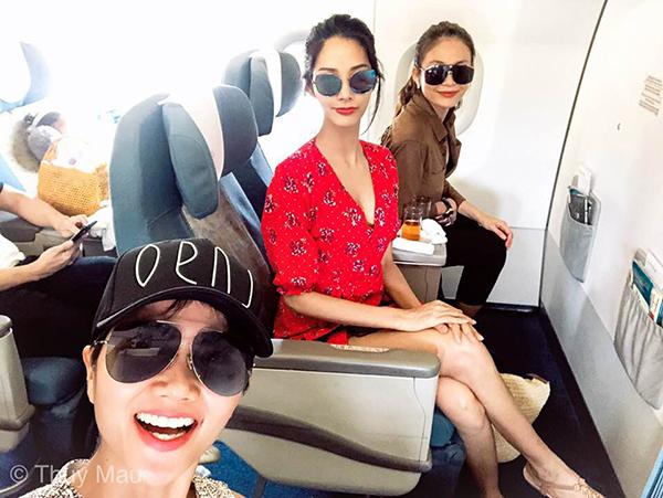 Top 3 Hoa hậu Hoàn vũ Việt Nam 2017 nhí nhảnh trên chuyến bay đến Phú Quốc cùng nhau.