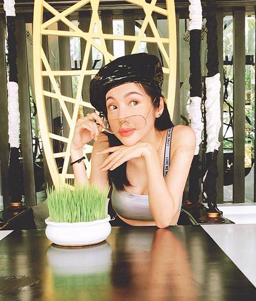Elly Trần hồi teen với bức ảnh trang điểm đáng yêu, tạo dáng xì tin.