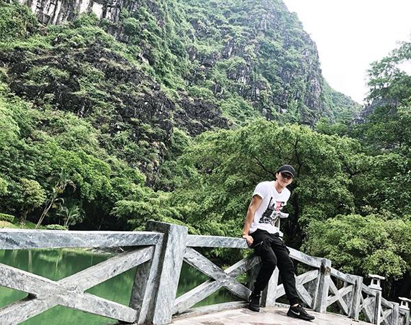 Bình An thư thả dạo chơi giữa khung cảnh non nước hữu tình ở Ninh Bình.