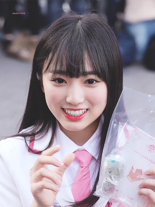 Nako sinh năm 2001 và sở hữu khuôn mặt như em bé, thậm chí còn nhìn trẻ hơn những em út người Hàn. Cô nàng bé hạt tiêu đang là nhân tố được yêu thích nhất nhờ tài năng và khuôn mặt xinh xắn.