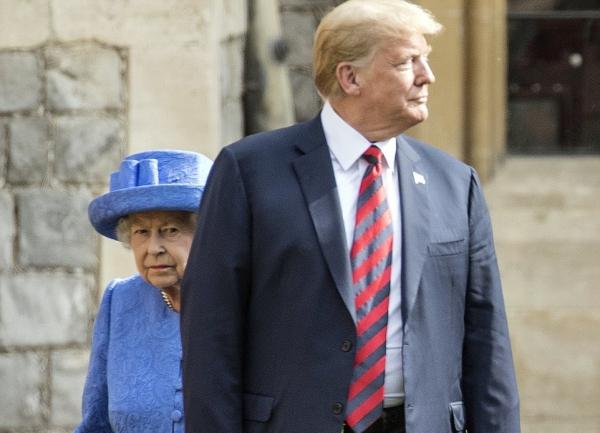 Đó là một điều rất lạ, thường thì Nữ hoàng luôn đi cùng những thành viên khác nếu phải tiếp đón một chuyến thăm chính thức nào đó từ các quốc gia. Mặc dù không có lý do chính thức cho lời từ chối của Hoàng tử William và Thái tử Charles, người trong hoàng gia cho rằng cả hai đều không thích vị Tổng thống cá tính này, nguồn tin tiết lộ.