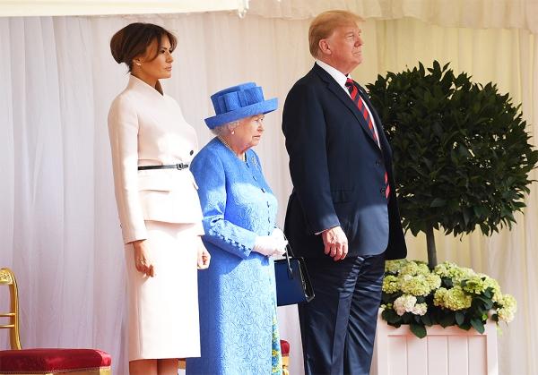 Mặc dù vậy, cuộc gặp gỡ của Donald Trump với Nữ hoàng Anh vẫn diễn ra tốt đẹp dù Nữ hoàng phải đợi ông gần 15 phút.