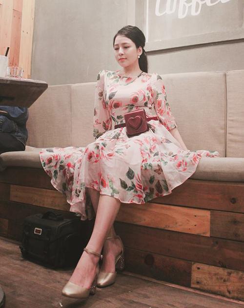 Cô nàng cũng có cả kho váy hoa đủ kiểu, chất liệu voan bồng bay bổng, thích hợp với cả dạo phố lẫn đi du lịch.