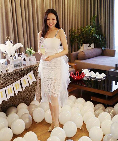 Tông trắng tinh khiết được hot girl 23 tuổi ưa chuộng hơn cả. Trâm Anh thường xuyên sắm những chiếc váy với thiết kế ôm dáng, chất liệu ren, voan thể hiện độ yểu điệu của chủ nhân.