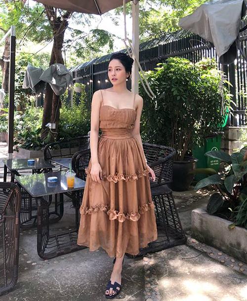 Để phù hợp với gương mặt đậm chất Á Đông và làn da trắng, vóc dáng nõn nà, Trâm Anh đặc biệt ưu tiên những chiếc váy siêu bánh bèo. Tủ đồ của cô nàng tràn ngập những thiết kế nữ tính, tôn lên vẻ sang chảnh của một cô tiểu thư.