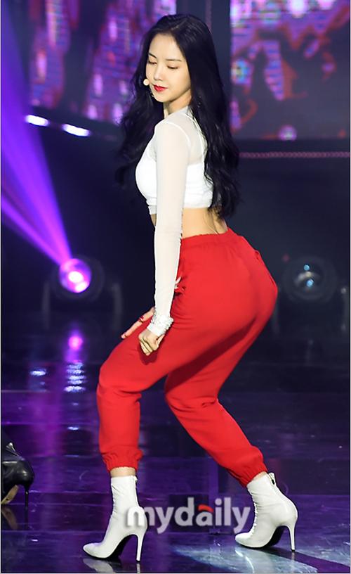 Trang Dispatch khen ngợi body của Na Eun được xếp vào hàng huyền thoại, nhiều trang mạng khác của Hàn Quốc gắn cho thành viên Apink biệt danh là Kim Kardashian bản Hàn.