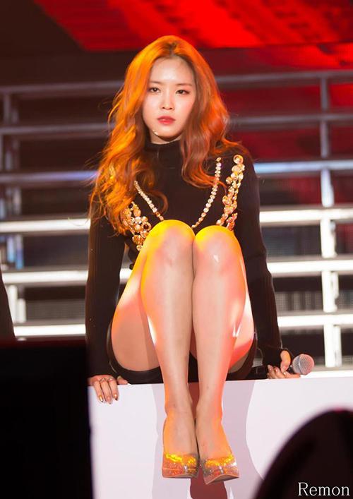 Có thân hình tuyệt mỹ nên Na Eun rất ưa chuộng các kiểu đồ bó sát, áo croptop, váy ngắn cũn khi lên sân khấu.
