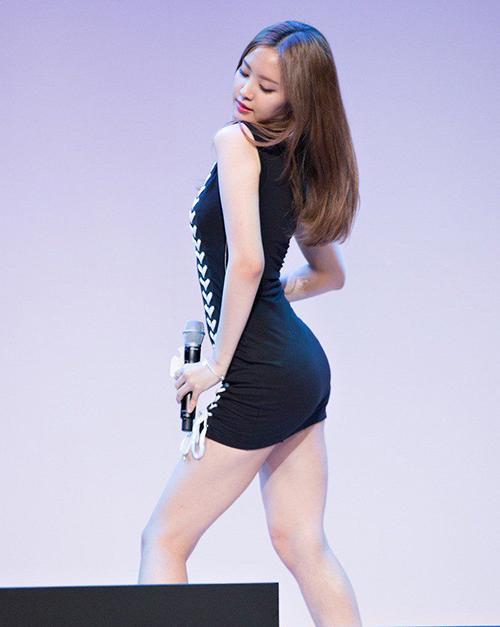 Đường cong chữ S không chút mỡ thừa của cô nàng được khoe trọn nhờ trang phục và những động tác vũ đạo sexy.