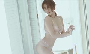 Ngọc Trinh tung video hậu trường chứng minh dáng 'chuẩn không cần chỉnh'