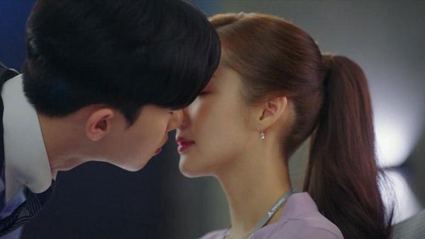 4 cảnh hôn khiến khán giả phấn khích khó quên trong Thư ký Kim sao thế?