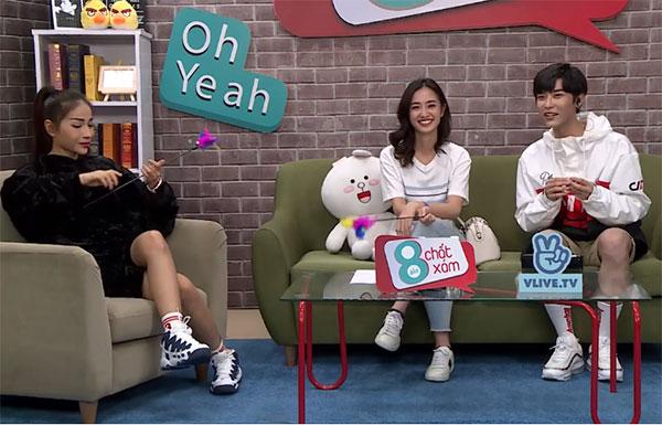 Tối qua (16/7), nữ diễn viên Jun Vũ(ngồi giữa) tham gia chương trình Tám đầy chất xám do Toof.P (tên thật Nguyễn Lâm Hoàng Phúc, giọng ca chính của nhóm Uni5) và nữ diễn viên Khả Ngân dẫn dắt. Chương trình được phát sóng trực tiếp trên kênh V Việt Nam của V Live. Chủ đề tám của chương trình tuần này là Hàng hiệu.