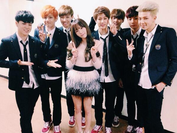 Bạn đã từng nhìn thấy bức ảnh BTS chụp cùng Tae Yeon chưa? Em út Jung Kook có khuôn mặt nghiêm trọng khi đứng cạnh đàn chị.