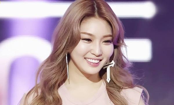 Chung Ha gây bất ngờ cho nhiều fan Kpop khi biết tuổi thực của cô nàng  chỉ là 22. Dung nhan trưởng thành, phong cách gợi cảm và thường trang  điểm đậm khiến Chung Ha trông dừ hơn tuổi.