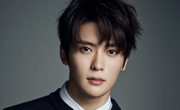 Jae Hyun (NCT) trưởng thành sớm hơn tuổi 21 với chiều cao 1,8m và khuôn mặt chín chắn nhìn như đã qua tuổi 25.