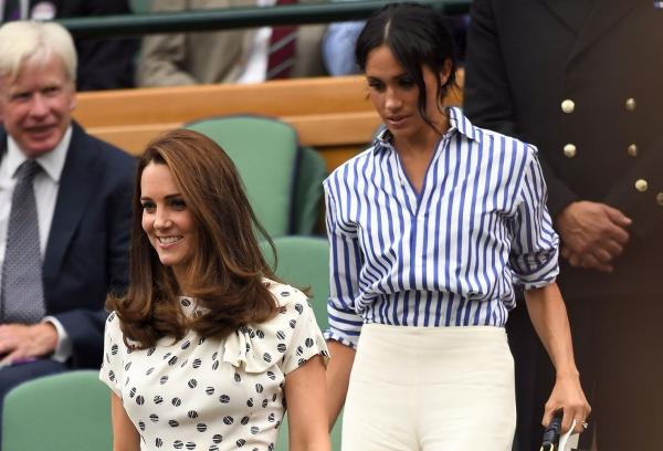 Đi xem giải Wimbledon, Meghan trông khác biệt hoàn toàn với chị dâu khi diện style đơn giản cùng kiểu tóc búi quen thuộc.
