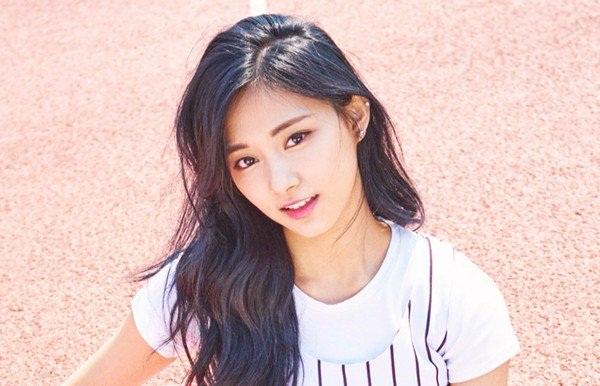 Sở hữu vẻ ngoài trưởng thành và chiều cao 1,7m khiến Tzuyu bị cho là  không giống em út của Twice. Nữ idol sinh năm 1999 là thành viên cao  nhất nhóm và tính cách cũng khá trầm tĩnh, chín chắn.