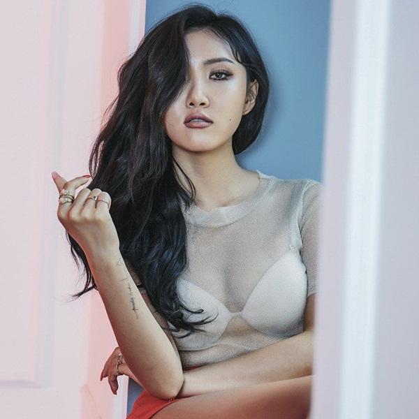 Ai cũng bất ngờ khi biết Hwa Sa chính là em út của Mamamoo, năm nay mới  22 tuổi. Cô nàng có ngoại hình và phong cách sexy, lại hay trang điểm  đậm nên bị già hơn tuổi thật.