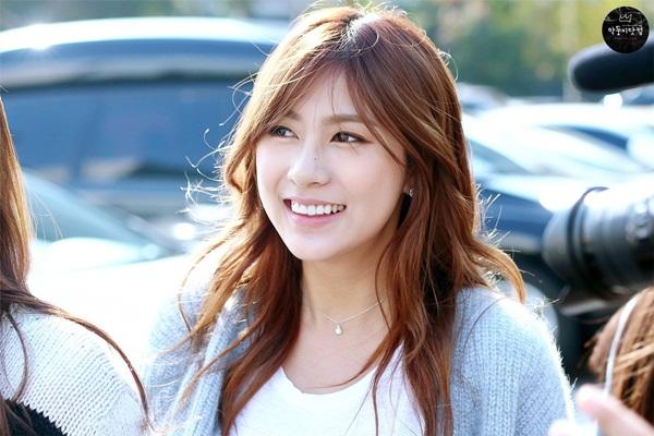 Ha Young có thân hình cao lớn nhất nhóm, gương mặt cũng không có nét baby như Na Eun, Cho Rong nên ít ai ngờ cô nàng chính là em út của Apink. Ha Young sinh năm 1996, mới bước qua tuổi 20 không lâu nhưng đã có 7 năm hoạt động trong showbiz.