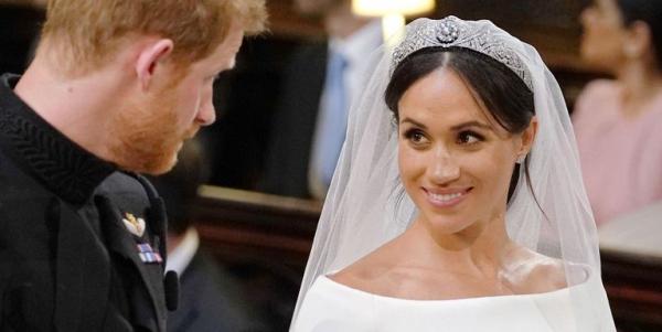 Trong đám cưới, Meghan cũng lựa chọn kiểu tóc búi tự nhiên gây nhiều tranh cãi. Nhiều người thừa nhận họ thấy khó chịu khi thấy những lọn tóc lòa xòa rối mắt và cho rằng hình ảnh đó không phù hợp với phong cách sang trọng của hoàng gia