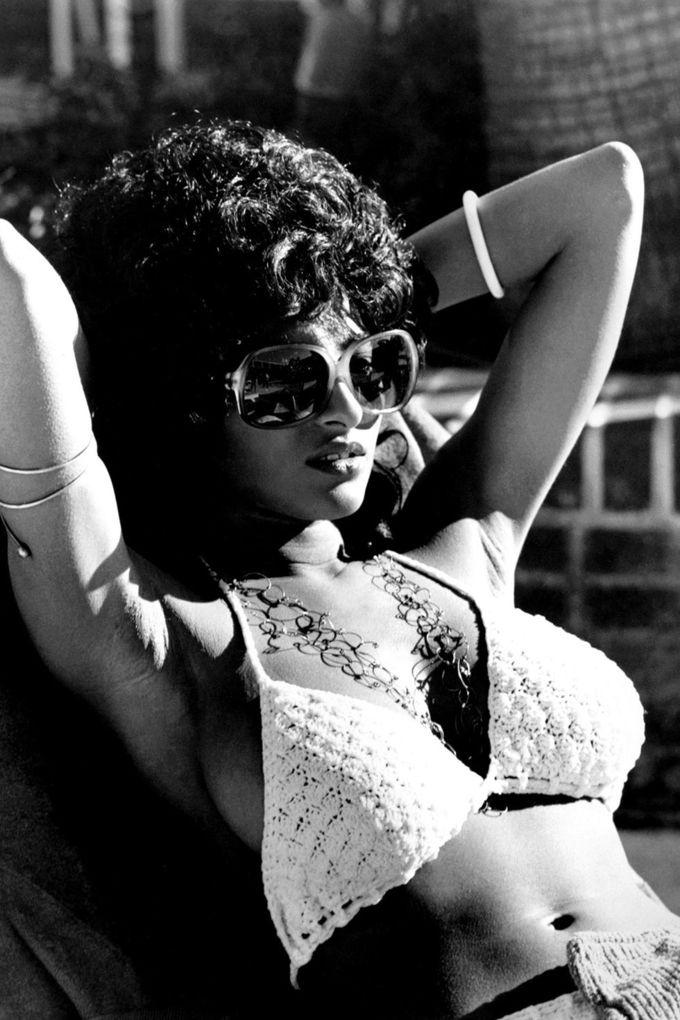 """<p> 1972-1973: Nữ diễn viên Pam Grier và bộ bikini đan dây quyến rũ – khởi đầu cho trào lưu quay lại những chất liệu tự nhiên của ngành thời trang (vải lưới, vải tua rua) theo xu hướng """"less is more"""".</p>"""