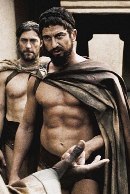 Vai diễn đáng nhớ trong sự nghiệp của Gerard Butler chính là vua Leonidas I dũng mãnh trong bộ phim 300 công chiếu năm 2007.