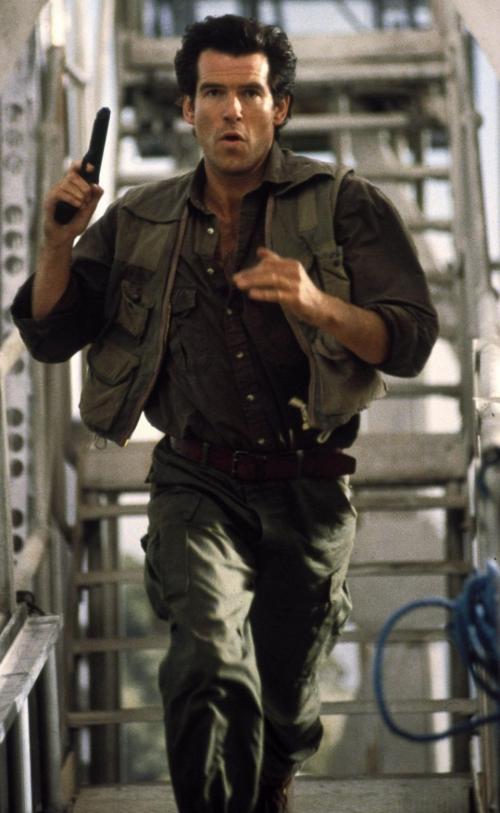 Ở thập niên 90, tài tử Pierce Brosnan (phim James Bond) chính là chàng trai trong mộng của nhiều chị em bởi vẻ ngoài nam tính cùng tính cách lãng tử lạnh lùng quyết đoán.