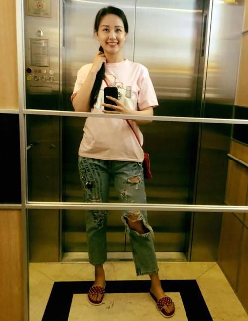 Xếp đầu danh sách sắm hàng hiệu bất chấp nhất Việt Nam phải kể đến Mai Phương Thúy. Người đẹp nhiều lần chia sẻ, việc mua sắm đối với cô là một thú vui để giải trí, hơn là vì cô thực sự cần đồ trưng diện. Thực tế chứng minh, dù khoác lên mình trang phục bạc tỷ nhưng người đẹp vẫn xuề xòa chẳng khác gì cô sinh viên.