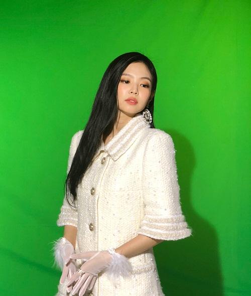Jennie khoe vẻ sang chảnh trong bộ cánh chuẩn tiểu thư con nhà giàu.