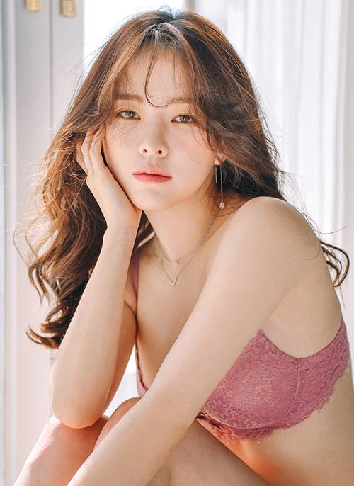Nếu là một tín đồ của thời trang Hàn Quốc, hẳn bạn không còn lạ lẫm với Lee Ha Neul - cô nàng được xem như nữ hoàng nội y của xứ kim chi với hơn 1 triệu người theo dõi trên Instagram.