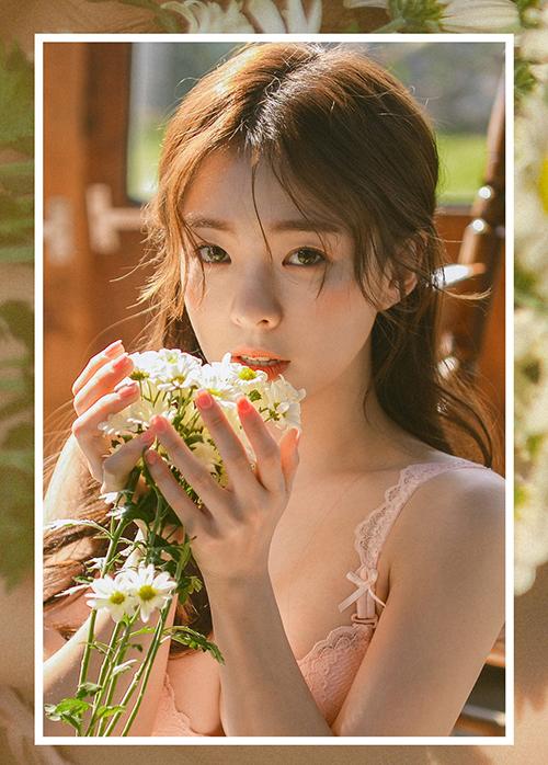 Lee Ha Neul đốn tim người hâm mộ nhờ sở hữu vẻ đẹp ngây thơ như búp bê. Cô nàng từng thừa nhận sửa mũi, tuy nhiên các đường nét còn lại thì đều tự nhiên và trẻ trung hơn hẳn so với độ tuổi.