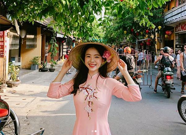 Ha Neul tươi tắn với bộ áo dài trong chuyến du lịch đến Đà Nẵng, Việt Nam.