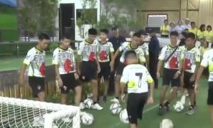 12 cầu thủ nhí Thái Lan tâng bóng điêu nghệ khi xuất hiện trước báo giới