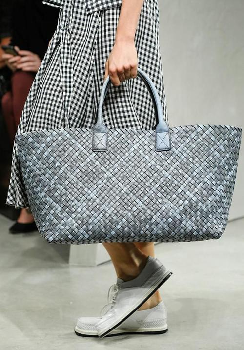 Cabet Bag là một mẫu túi khá kinh điển của Bottega Veneta. Mỗi năm nhà mốt này lại cho xuất xưởng một số màu sắc mới.