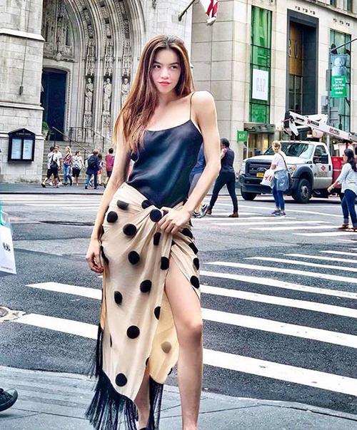 Chứng minh đẳng cấp của một fashionista, Hà Hồ cho biết cô đã thích là nhích, không cần biết giá trị món đồ cũng như người ngoài đánh giá trang phục đó ra sao. Trước đó, người đẹp cũng xuống phố với một chiếc váy mà nhiều người lầm tưởng là... quấn khăn mà thành.