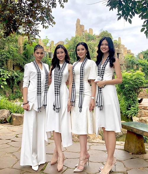 Bộ tứ mỹ nhân Trương Thị May - Mỹ Linh - Kỳ Duyên - Thanh Tú đọ sắc với trang phục trắng tinh khôi.