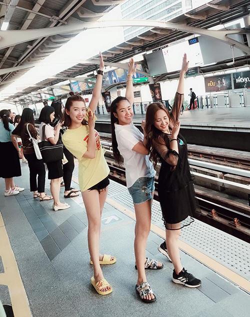 Ba chị em phimGạo nếp gạo tẻ rủ nhau đi quẩy tưng bừng ở Bangkok.
