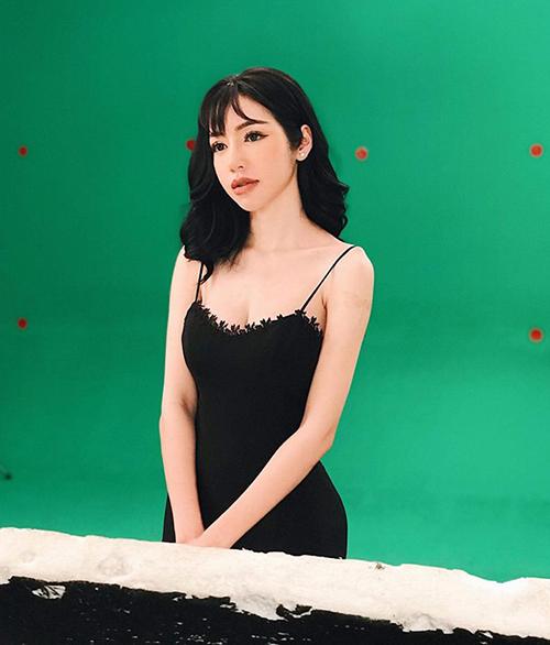 Elly Trần vừa mong manh, vừa gợi cảm trong một shoot quảng cáo mới.