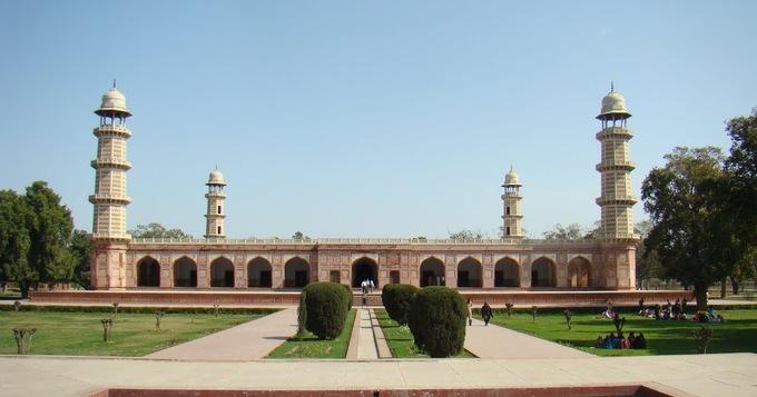 <p> 7. <strong>Lăng mộ Vua Jahangir,</strong> Pakistan<br /> Ngôi mộ được con trai của hoàng đế Jahangir xây dựng cho cha mình 10 năm sau vị hoàng đế này qua đời (năm 1627). Công trình kiến trúc bao gồm một khu vường nằm lọt thỏm giữa 4 tòa tháp cao 30 mét. Bên trong, tường và các cột đá được dát cẩm thạch mang đậm phong cách hoàng gia thời bấy giờ.</p>