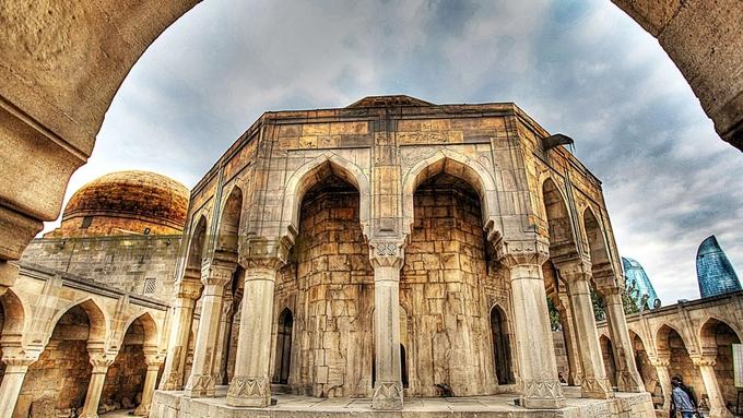 <p> 8. <strong>Lăng của Shirvanshahs</strong> (Azerbaijan)<br /> Di sản thế giới được UNESCO công nhận này nằm trong thành phố Baku của đất nước nhỏ bé Azerbaijan. Lăng Shirvanshahs là một phần trong quần thể kiến trúc cung điện Shirvanshahs. Lăng được xây dựng theo khối hình hộp vuông vức và được trang trí đẹp mắt bên trong. Công trình được xây dựng theo lệnh của vua SultanKhalilullah I cho mẹ và con trai yêu quý của ông vào thế kỉ XV.</p>