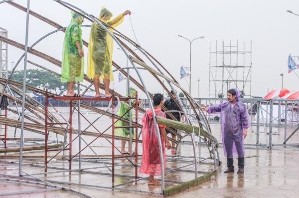 Đội ngũ kỹ thuật vật lộn để dựng sân khấu chuẩn bị cho đêm chung khảo phía Bắc tại Cửa Lò, Nghệ An.