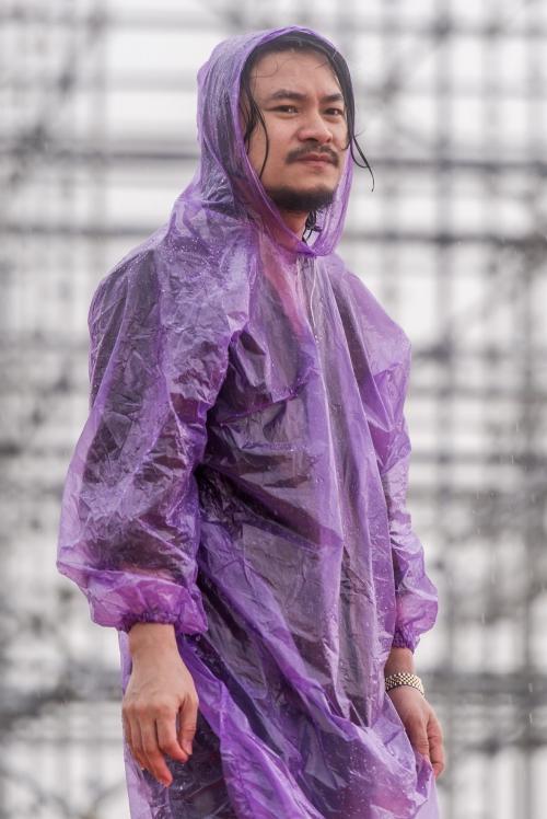 Đạo diễn Hoàng Nhật Nam đội mưa gió chỉ đạo, động viên ê kip dựng sân khấu giữa mưa gió.