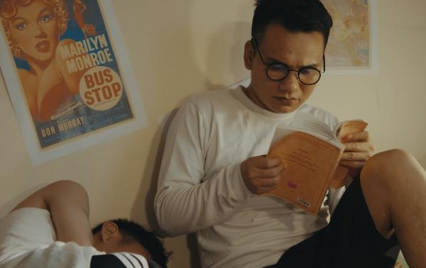 Khắc Việt cho biết,hình ảnh chàng sinh viên nghèo khó mà anh hoá thân trong MV chính là hình ảnh của chính anh cách đây 13 năm. Khi đó nam ca sĩ còn theo học tại Học viện âm nhạc Quốc gia Việt Nam.